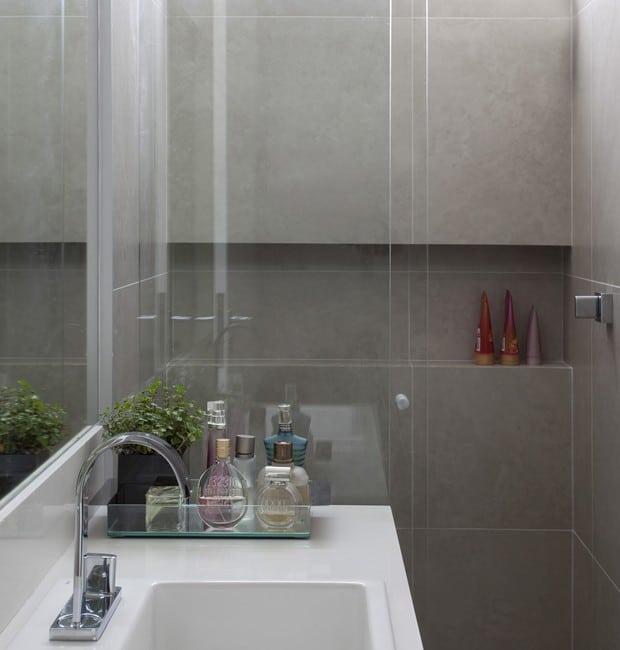 banheiro com revestimento de cimento queimado nas paredes