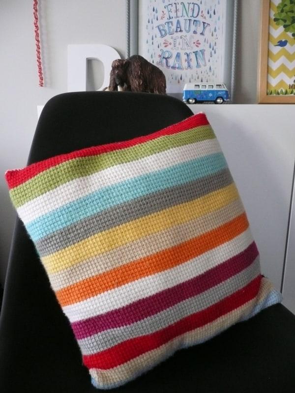 almofada com faixas coloridas de croche tunisiano