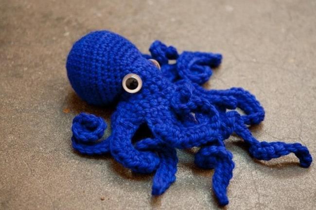 polvo de croche azul escuro com olhos