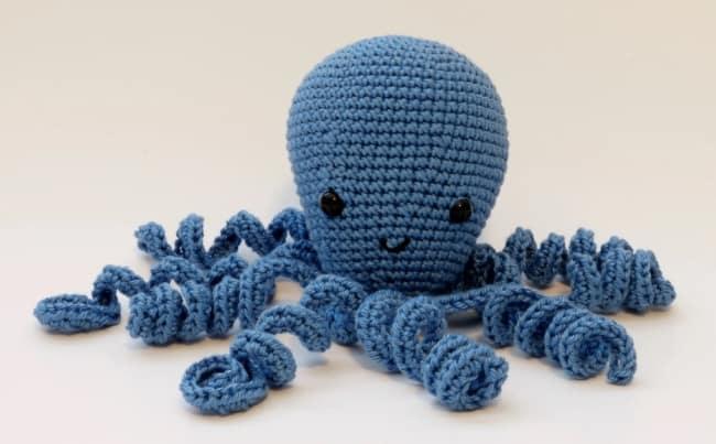 polvo de croche azul com tentaculos enrolados