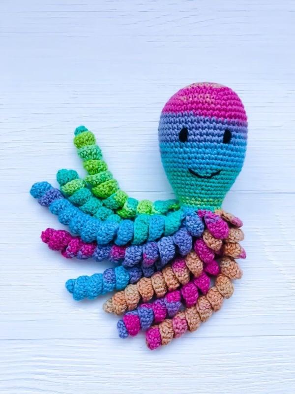 modelo de polvo de croche com barbante colorido