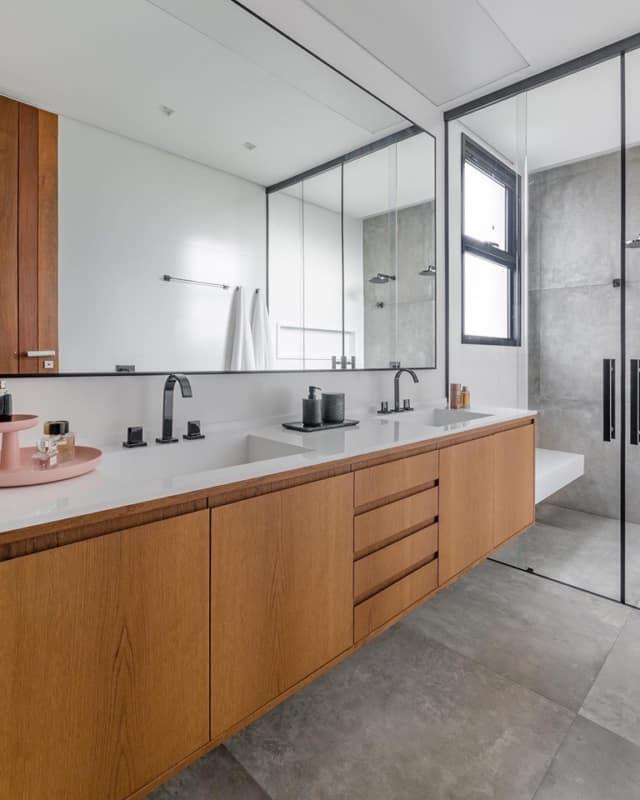 banheiro com piso que imita cimento queimado