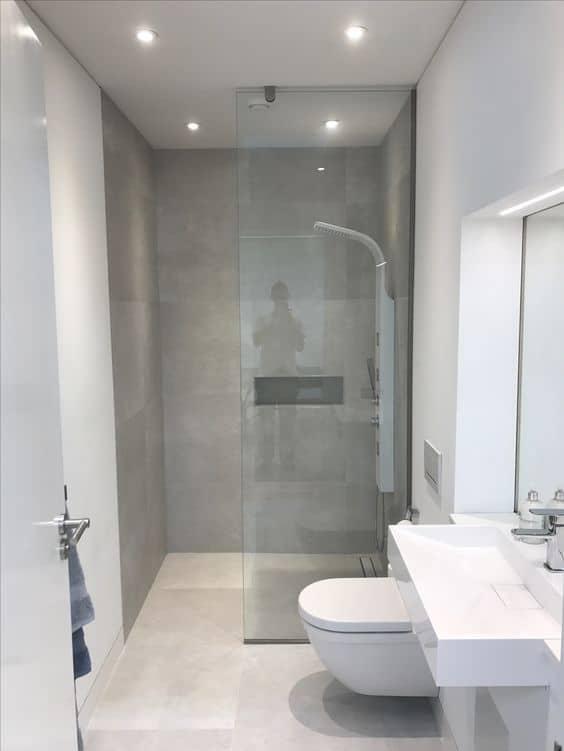 banheiro pequeno com porcelanato que imita cimento queimado