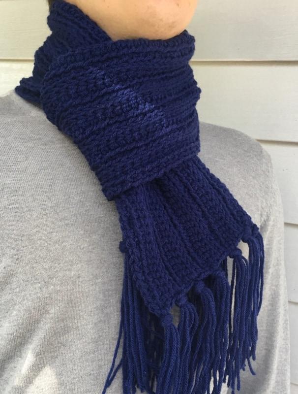 cachecol azul marinho em croche tunisiano