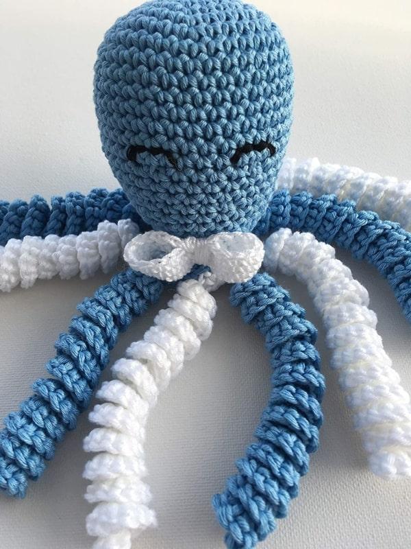 polvo de croche em linha azul e branca