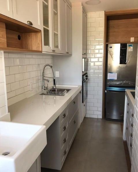 cozinha de apartamento com porcelanato cimento queimado