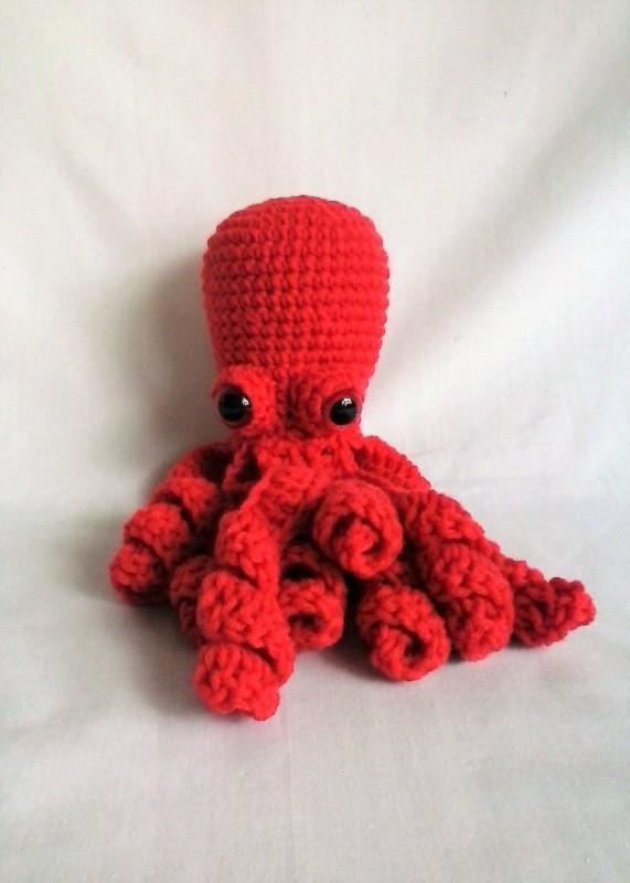 polvo de croche vermelho com olhos