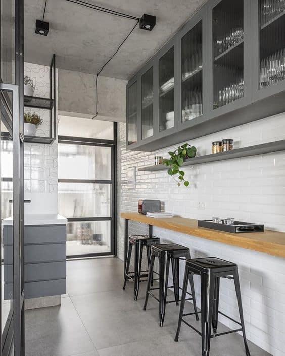 cozinha corredor com porcelanato cimento queimado
