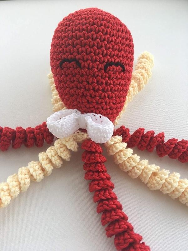 polvo de croche vermelho com tentaculos bege