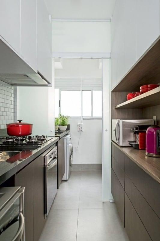 cozinha de apartamento com piso que imita cimento queimado