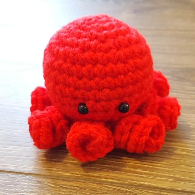 mini polvo de croche vermelho com tentaculos pequenos