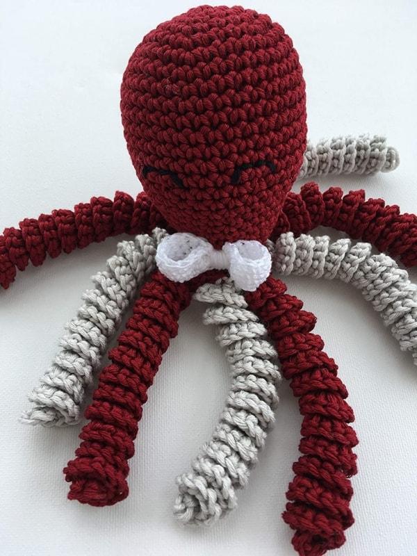 polvo de croche vermelho escuro com tentaculos cinza