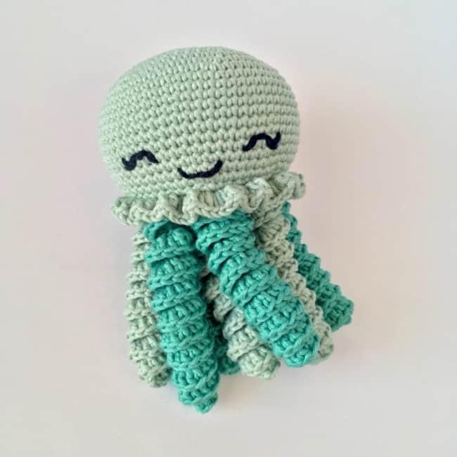 polvo de croche pequeno com tentaculos em tons de verde