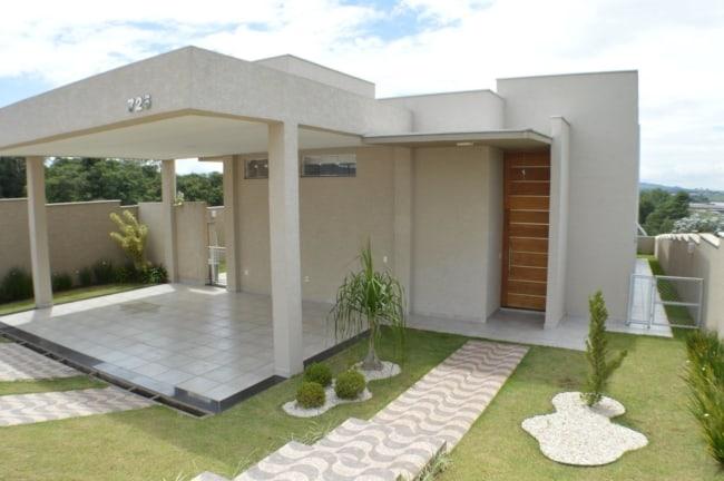 fachada de casa terrea moderna com garagem e telhado embutido