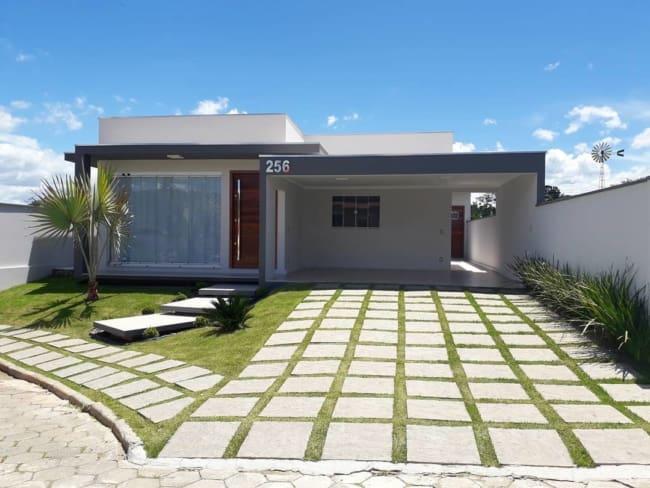 fachada de casa moderna terrea com garagem na frente