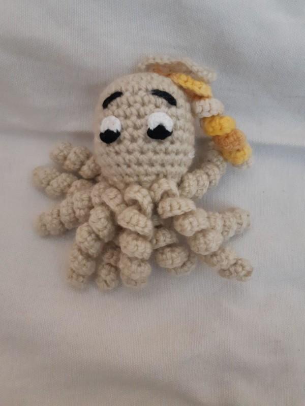 modelo pequeno de polvo de croche bege