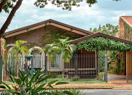 casa simples pequena com garagem coberta