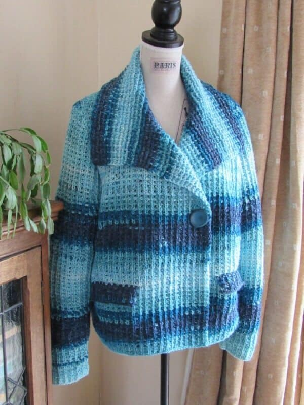 casaco em tons de azul em croche tunisiano