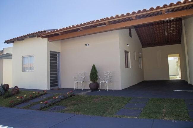 casa simples e pequena com garagem