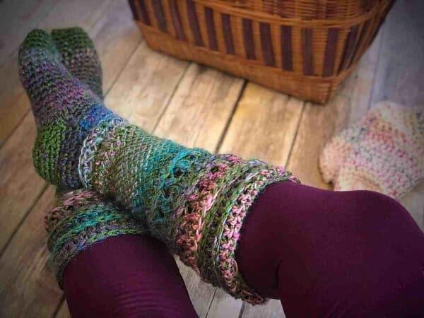 meia colorida de croche tunisiano