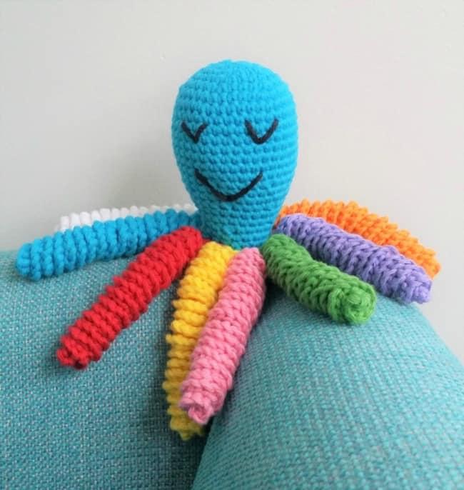 polvo amigurumi com tentaculos coloridos