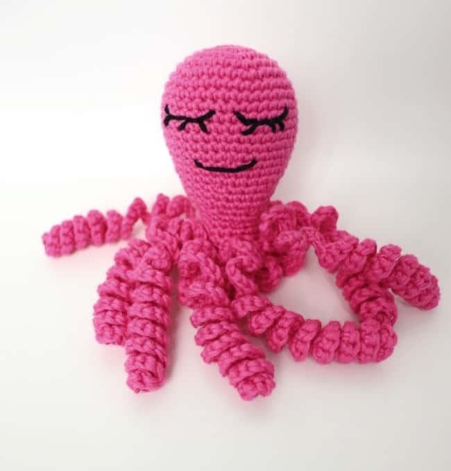 polvo de croche pink com tentaculos enrolados