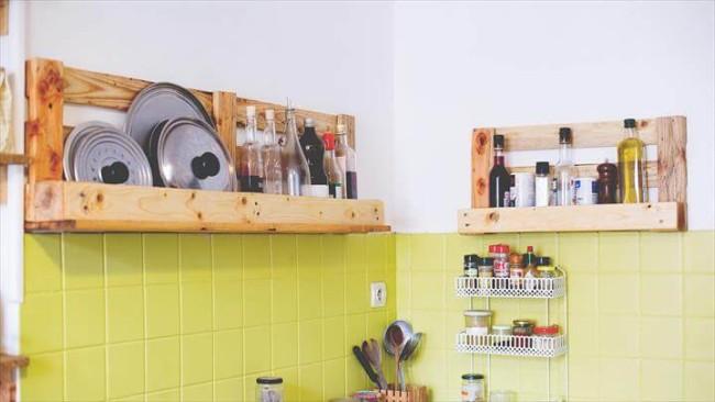 cozinha com prateleiras de pallets