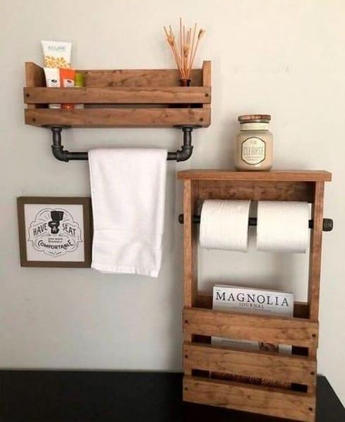 prateleira de pallet com toalheiro para banheiro