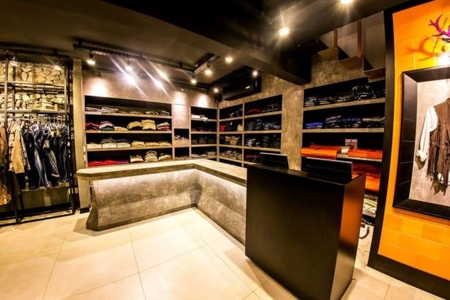 loja de roupas masculinas com balcao