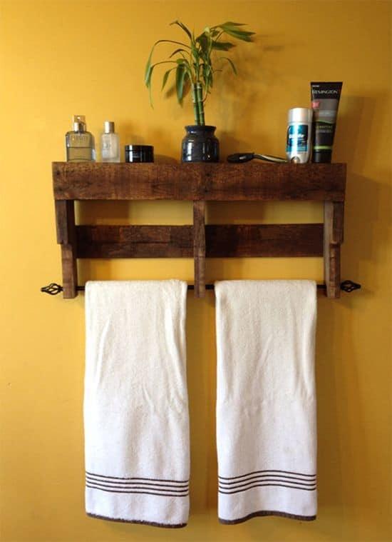 prateleira rustica de pallet com toalheiro para banheiro