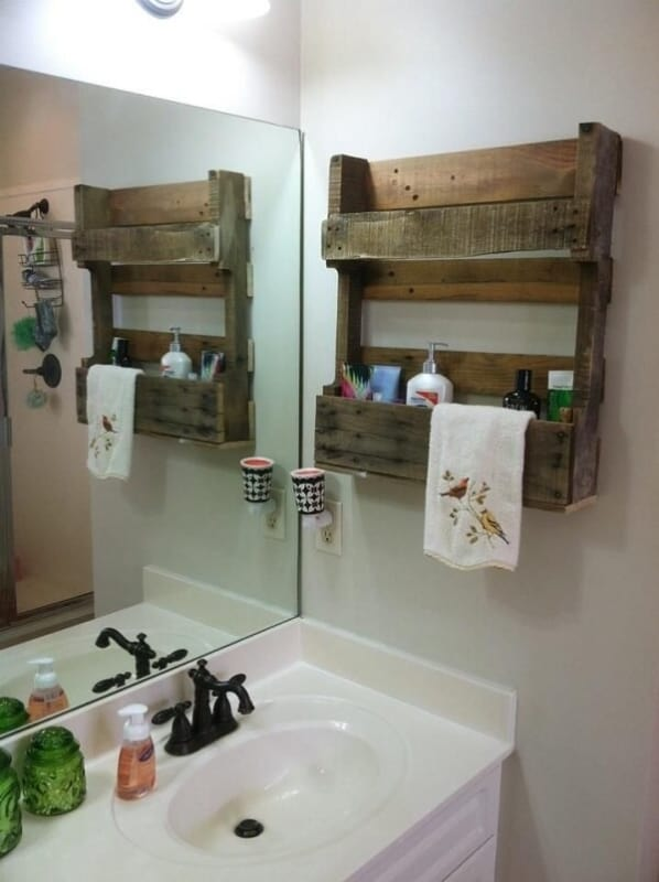 banheiro com prateleira rustica de palete