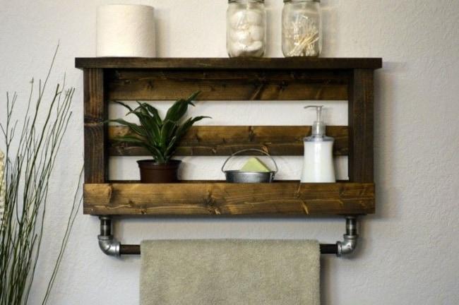 modelo de prateleira de pallet com toalheiro de cano para banheiro