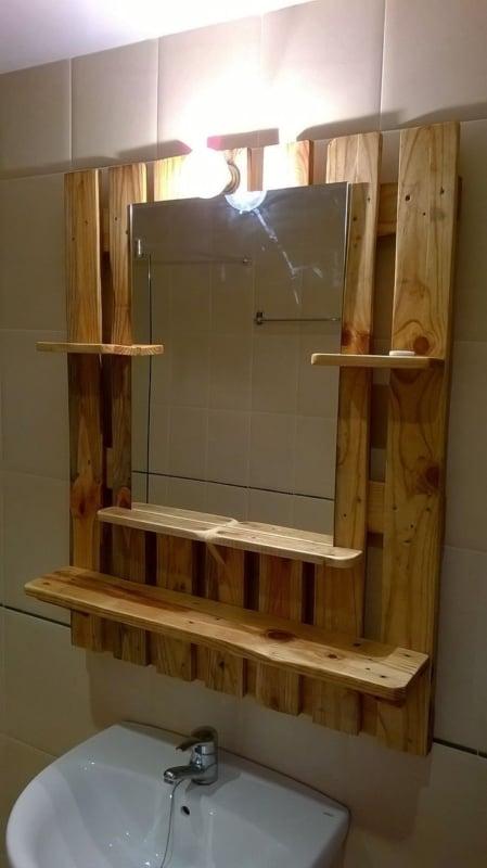 modleo de prateleira de palete em banheiro