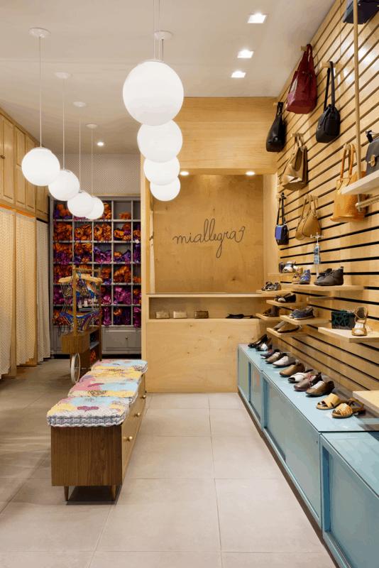 loja de calcados com balcao caixa planejado