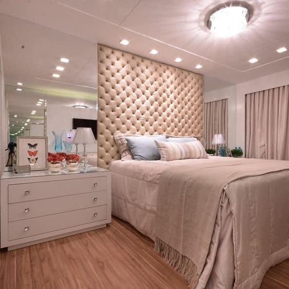 quarto de casal com forro de gesso e luzes embutidas