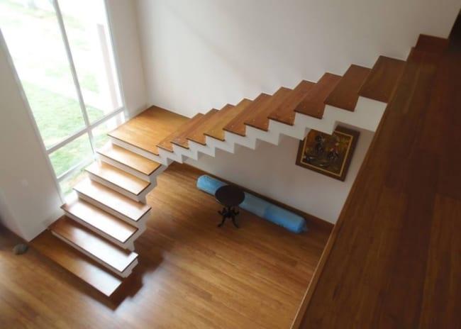 escada pre moldada em L com revestimento em madeira