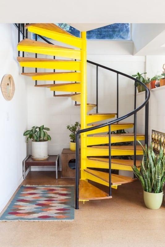 escada caracol pre moldada em metal com degraus em madeira