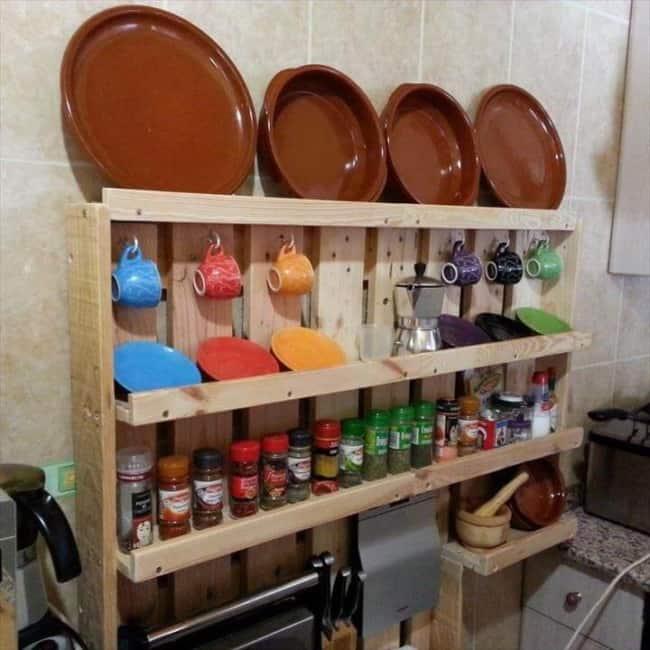 organizacao da cozinha com prateleiras de pallet