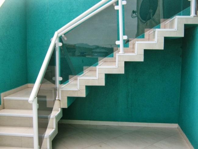 escada pre moldada em L com revestimento de piso ceramico