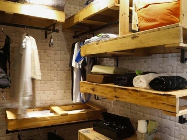 prateleiras de pallet para organizar closet