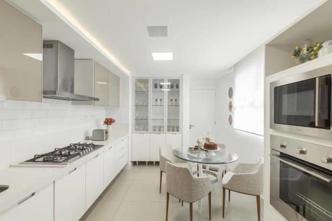 cozinha branca com forro de gesso