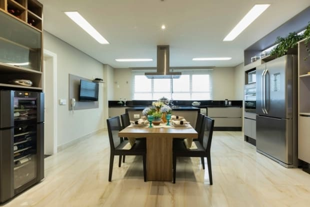 cozinha grande com forro de gesso e luzes embutidas