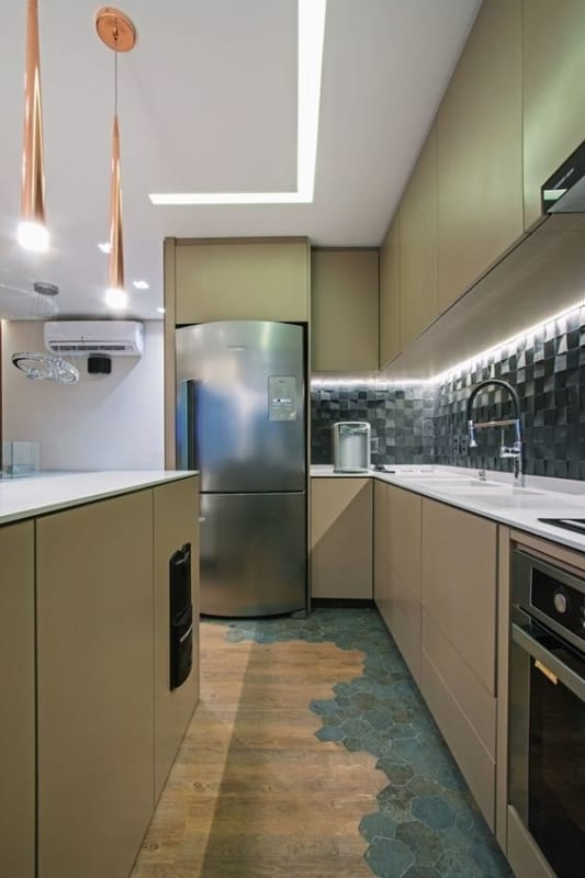 cozinha com forro de gesso e iluminacao embutida