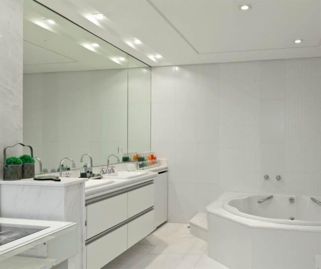 banheiro clean com forro de gesso e luzes embutidas