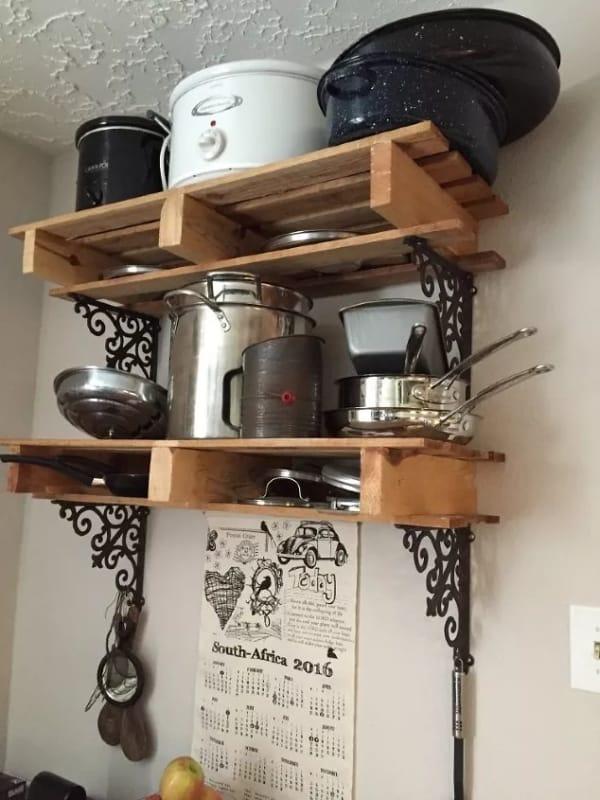 prateleiras de pallet para organizar panelas na cozinha