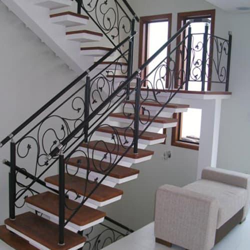 escada pre moldada em U com corrimao de ferro