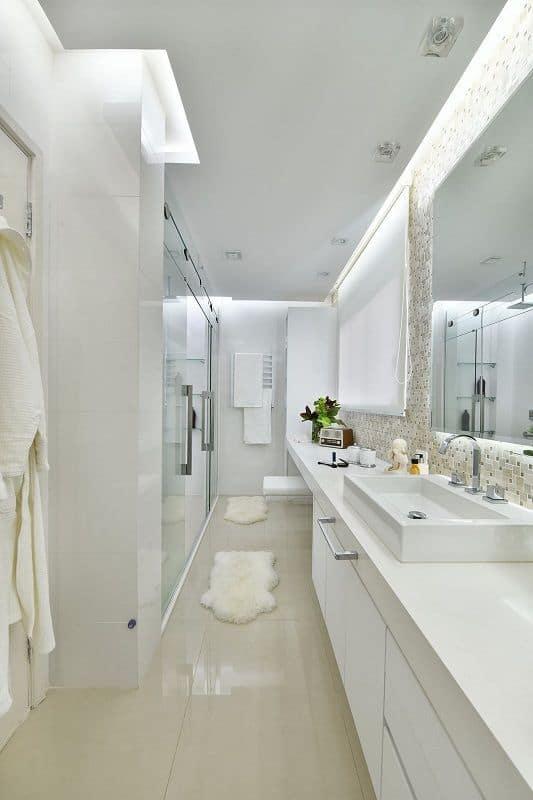 banheiro moderno com rebaixamento de gesso