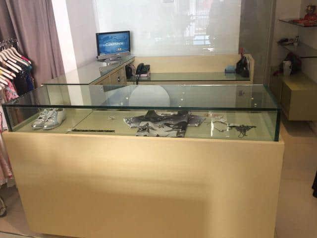 caixa balcao com expositor em vidro