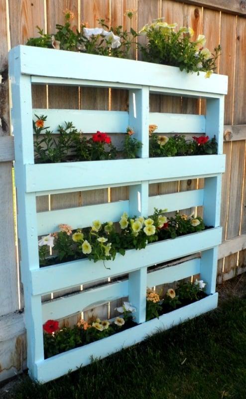 pallet pintando com prateleiras de flores
