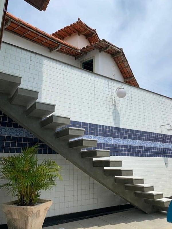 escada externa de concreto reta com viga central